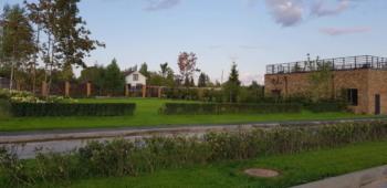 Вид на спорт площадку с бульвара